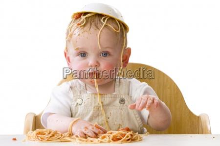 bambino sudicio giocando con spaghetti