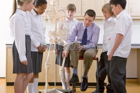 i bambini delle scuole ascolto insegnante