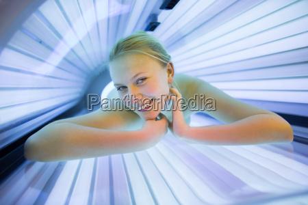 donna ultravioletto solarium bronzo giovani concia
