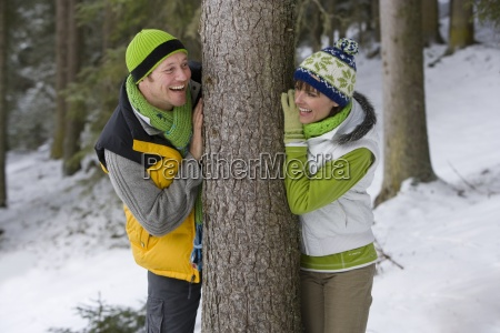 sorridente coppia appoggiato a tronco dalbero