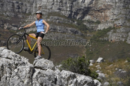 female mountain biker seduto in bicicletta