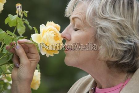 anziano donna profumo di fiori gialli