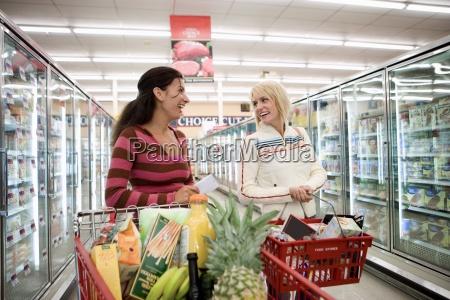 due donne che acquistano nel supermercato