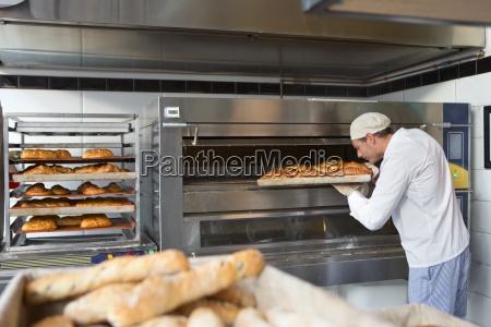 baker controllo vassoio di pane in