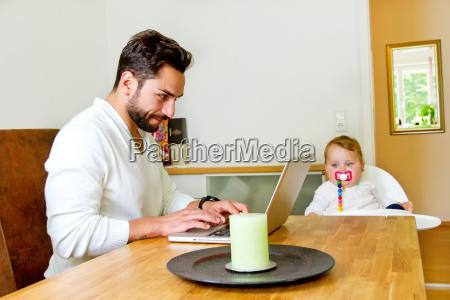 padre lavora a casa sul computer