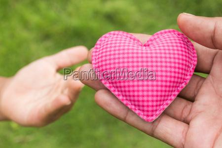 mano dare cuore simbolo di amore