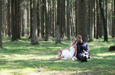 sposa e sposo seduti nel bosco