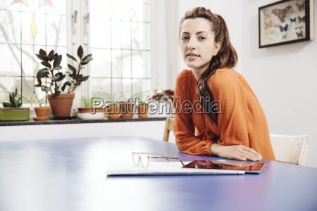 giovane donna con tablet pc e