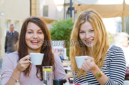 due giovani donne in caffe della