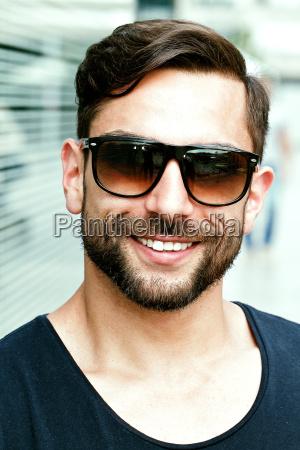 giovane attraente uomo con occhiali da