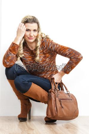 donna seduta indossando stivali marroni alla