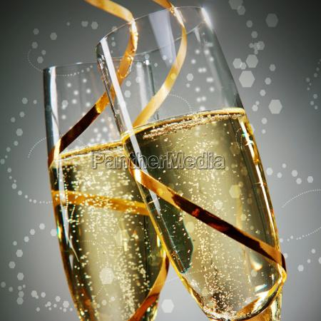 vetri di vino con oro laces