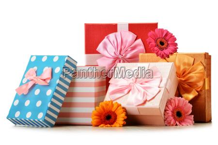 scatole regalo colorate isolato su bianco