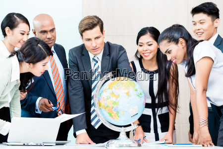 squadra di affari che discute intelligence
