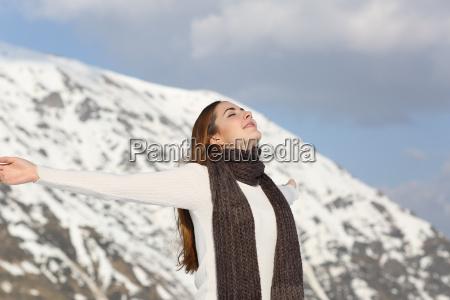 donna che respira aria fresca alzando