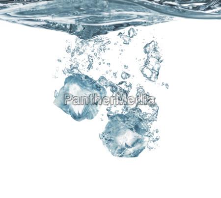 tuffo del ghiaccio in acqua
