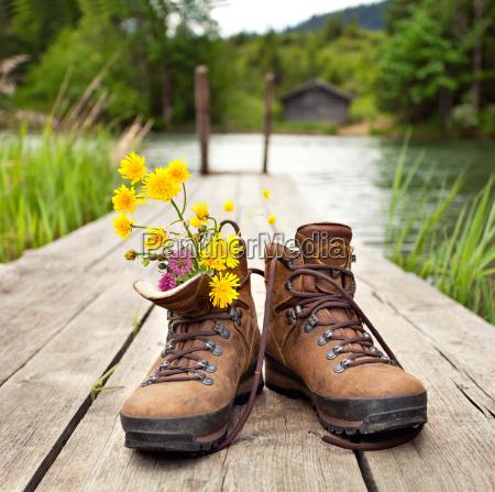 stivali da trekking al lago di