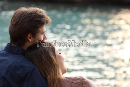 coppia abbracciando e guardando il mare
