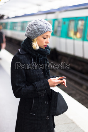 donna telefono aspettare attesa stazione treno