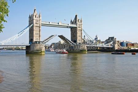 tower bridge a londra aperta