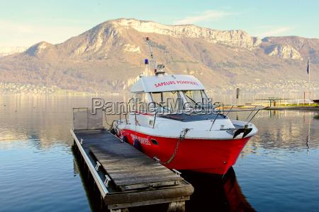 barca del pompiere ormeggiata al bacino