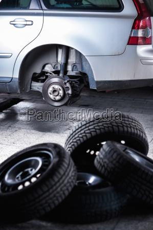 meccanico cambiare una ruota di una