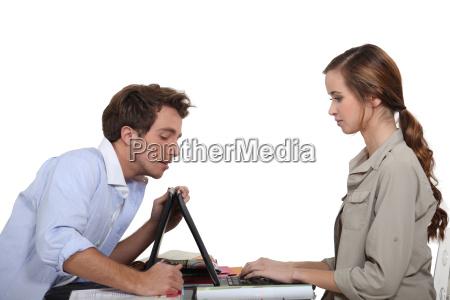 uomo aiutare signora con laptop