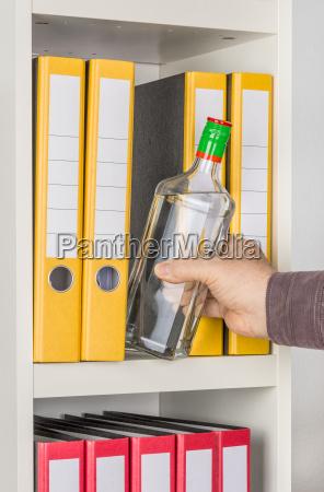 ufficio alcool bottiglia assuefatto lavoro alcolico