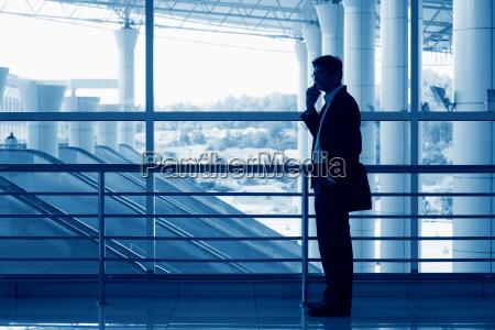 silhouette delluomo indiano sul cellulare