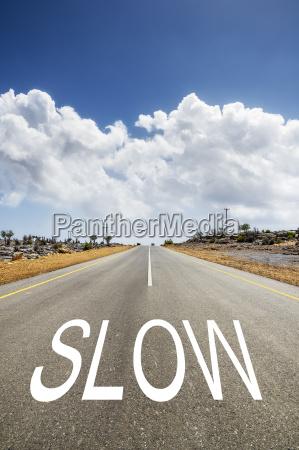 strada con testo slow