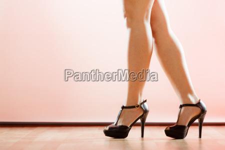 scarpe tacchi alti sulle gambe femminili