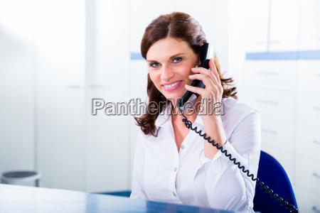 dottore medico laureato donna telefono persone