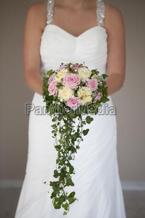 sposa con grande bouquet da sposa