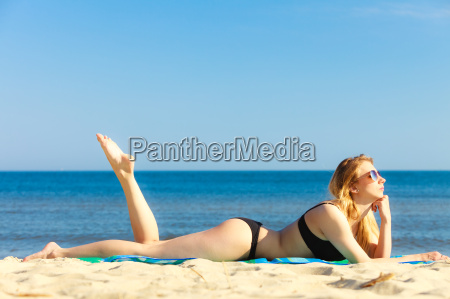 vacanze estive ragazza in bikini prendere