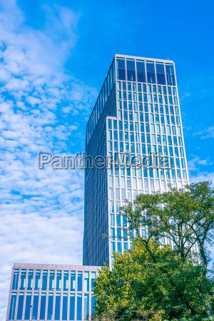 grattacielo in mezzo alla natura