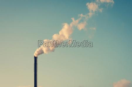 fabbrica con il camino fumare