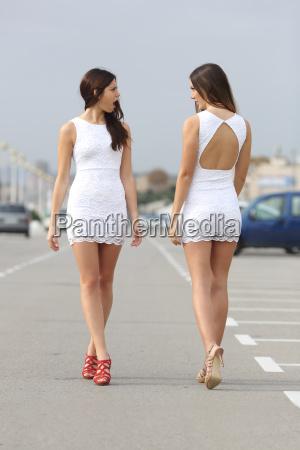 due donne con lo stesso vestito