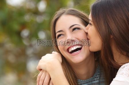 donna ridendo con denti perfetti mentre