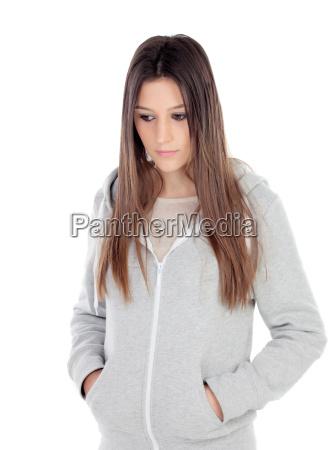 triste ragazza adolescente con felpa grigia
