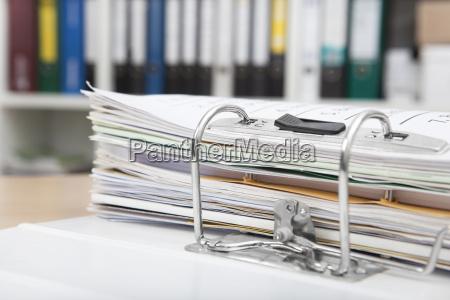 cartelle di file su scrivania