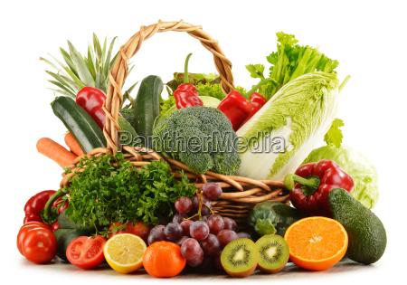 cesto di vimini con generi alimentari
