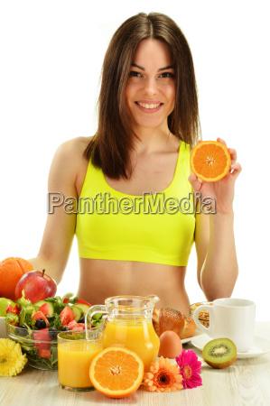 giovane donna facendo colazione dieta bilanciata