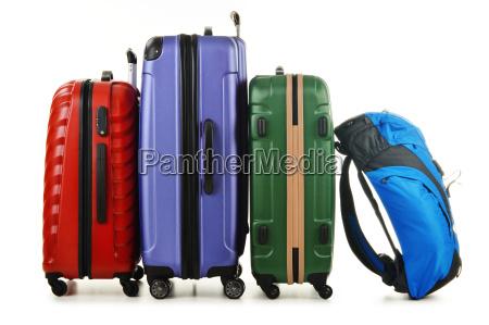 valigie e zaino isolati su bianco