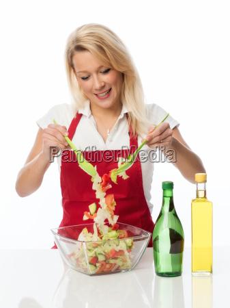 casalinga mescolato con un salatbesteck uninsalata