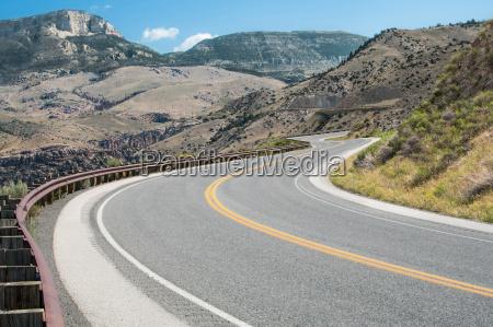 blu montagne asfalto strada alberata cielo