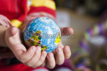 potenza globo terra pianeta mani dei