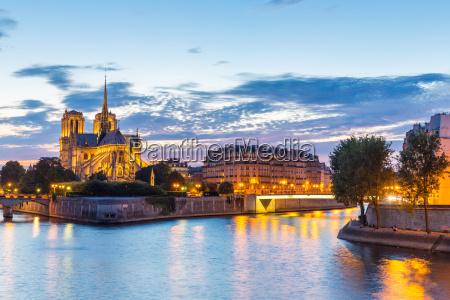 cattedrale di notre dame parigi crepuscolo