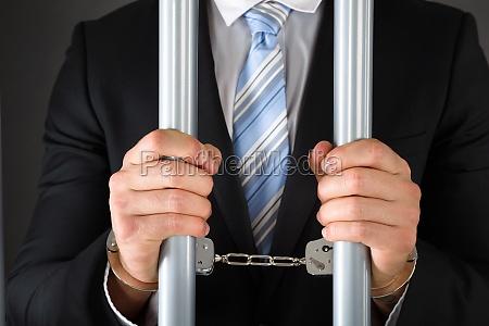 uomo daffari ammanettato della holding bar