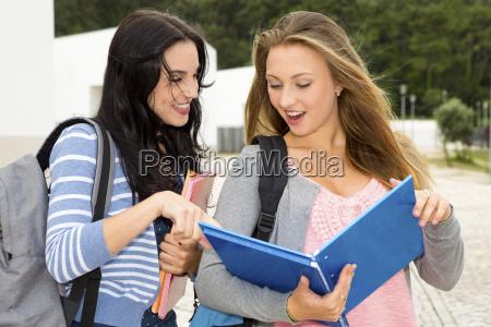 due bellissimi studenti adolescenti