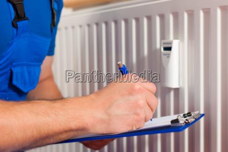 tecnico legge il riscaldamento